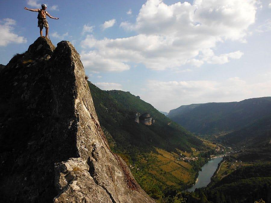 escalade dans les gorges du tarn en Aveyron cevennes millau lozere sud ouest occitanie